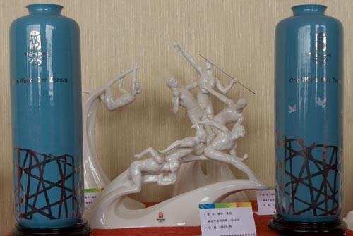 图文:奥运特许产品新添陶瓷品 运动雕塑和鸟巢