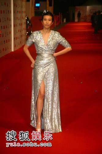 图:2007莱卡风尚大典 莫文蔚银色晚礼展身材