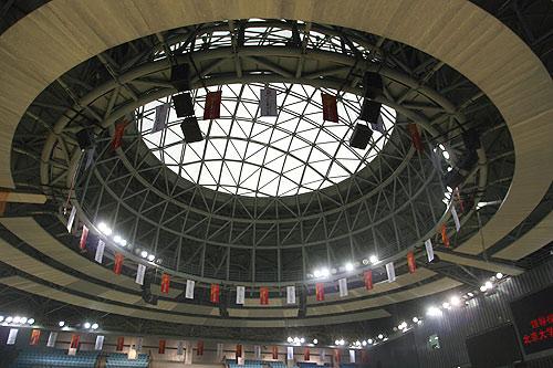 图文:北大体育馆竣工 从室内看体育馆屋顶