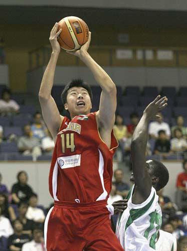 图文:王治郅有望成为火炬手 代表国家队比赛