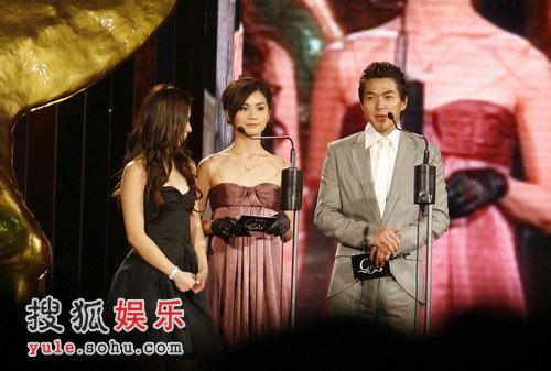 图:李威和Twins颁发风尚经典音乐组合奖
