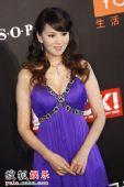 图:莱卡风尚大典 伊能静紫色低胸礼服