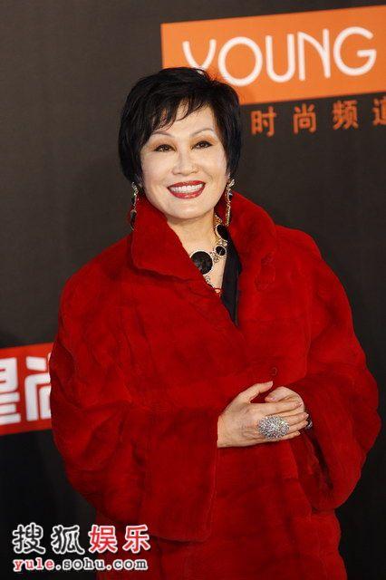 图:莱卡风尚大典 靳羽西中国红大衣走红毯