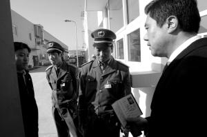 唐晓冬持工会主席证回公司上班时被阻拦。本报记者 王俭 摄