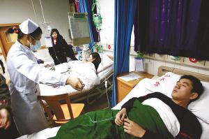 被烟雾呛晕的消防战士在医院接受治疗