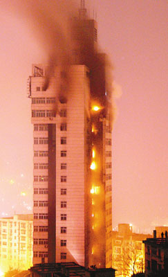 失火的涪陵电力大厦冒出滚滚浓烟