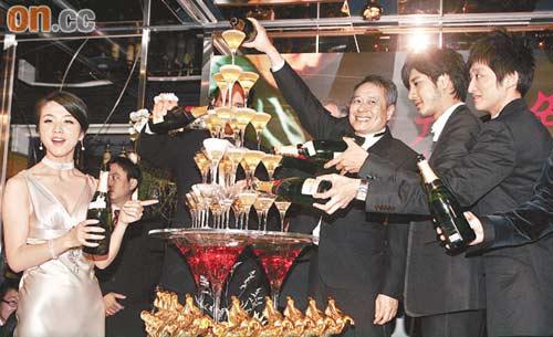 汤唯(左起)、李安及王力宏等开香槟庆祝《色》片成为大赢家。