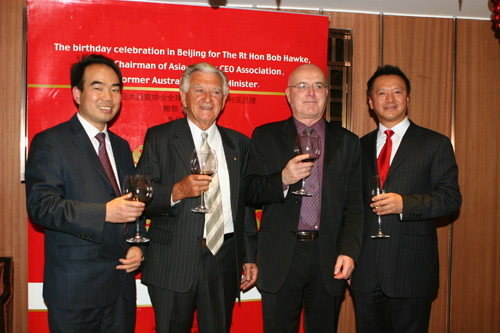 图:亚太总裁协会领导层聚杯同庆霍克总理78岁生日
