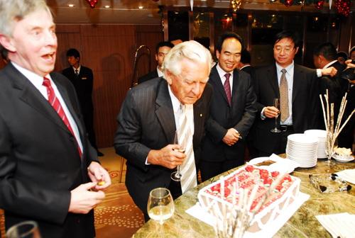 图:霍克总理认真端详蛋糕上的贺词