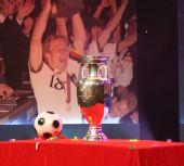 图文:欧洲杯真身现身京城 德劳内杯亮相