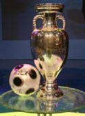 图文:欧洲杯真身现身京城 德劳内杯全览