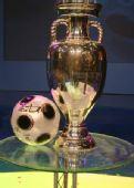 图文:欧洲杯真身现身京城 德劳内杯全貌