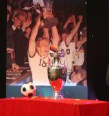 图文:欧洲杯真身现身京城 德劳内杯闪耀登场