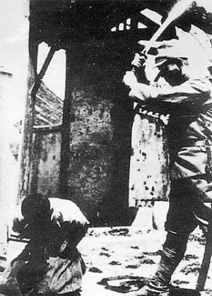 日军军官正在残杀中国俘虏
