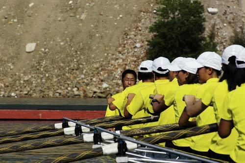 图文:奥运舵手电视总决赛第二集 选手比赛中