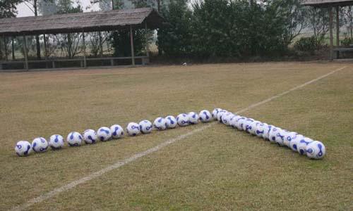 图文:[国足]福家军魔鬼训练 足球摆出胜利符号