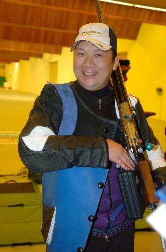贾占波手握步枪