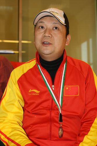 图文:射击亚锦赛贾占波获奥运资格 接受采访中