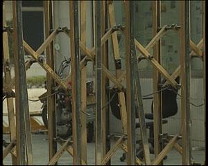 上午十点,正是上班的时间,不过这家工厂的大铁门却紧紧地锁着,零乱的场景告诉记者,这里似乎已经人去楼空,记者了解到,在广东总共的鞋厂加起来大概有五六千家,关闭的像大中型的在广东应该有一千多家。