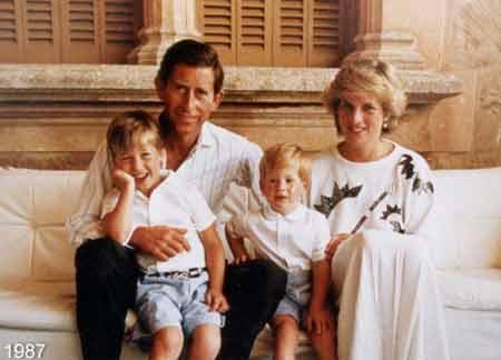 1987年,查尔斯与戴安娜以及两个小王子的家庭合影成为当年圣诞贺卡主题照。
