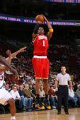 图文:[NBA]火箭客场战76人 麦迪外线出手