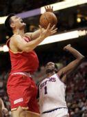 图文:[NBA]火箭客场战76人 姚明进攻遭遇犯规
