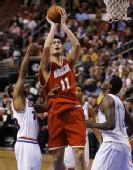 图文:[NBA]火箭客场战76人 姚明跃起投篮