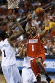 图文:[NBA]火箭客场战76人 麦迪突破上篮