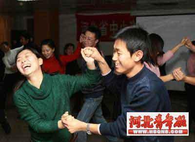 ■老师们在学跳集体舞