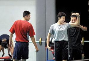 图为冯坤展示自己的肌肉 摄/付丁