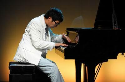 """奥迪英杰汇进取先锋、著名钢琴家赵胤胤在晚宴现场激情演奏""""童梦圆""""公益项目主题曲《最好的未来》"""