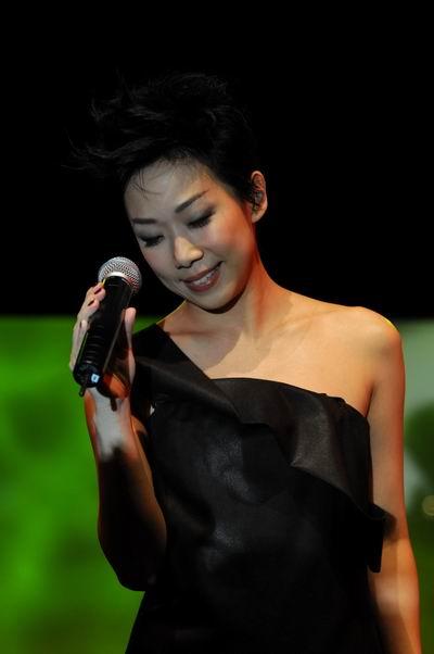 香港著名艺人林忆莲倾情献唱将晚宴气氛推向高潮