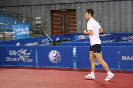 图文:王励勤备战乒联总决赛 打球之前先跑两圈