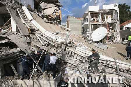 12月11日,在阿尔及利亚首都阿尔及尔,救援人员在被炸毁的联合国难民事务高级专员公署(难民署)驻阿尔及尔办事处办公楼现场搜救。新华社发