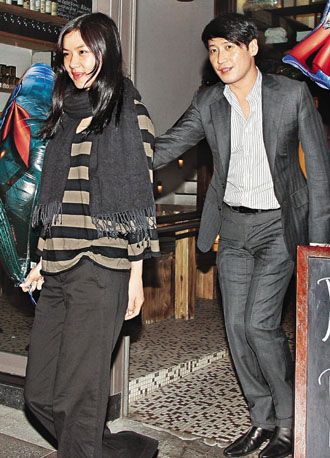 黎明(右)与女友乐基儿在餐厅狂欢至凌晨,才双双返回爱巢共度春宵。