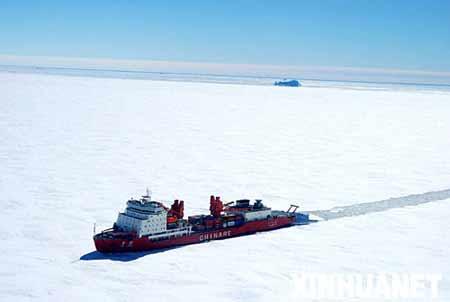 """12月11日,""""雪龙""""号极地科学考察船在南极中山站附近破冰前进。"""