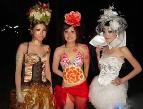 超大胆美女人体艺术裸逼写真�_组图:揭秘中国美女裸模的工作全过程
