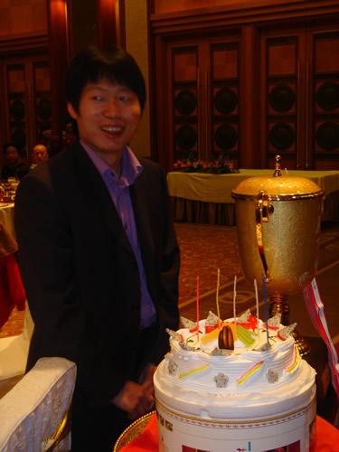 奖杯与蛋糕让刘星笑逐颜开