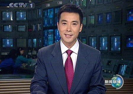 男主播郭志坚首次坐上《新闻联播》节目的主播台