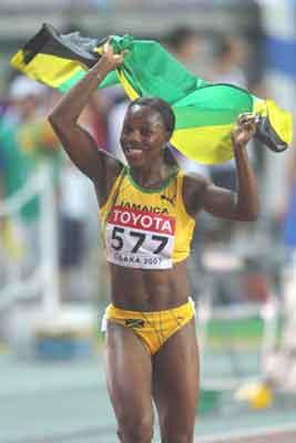 贝尔在大阪世锦赛夺得百米冠军后庆祝胜利