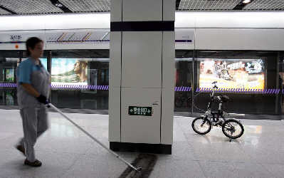 新版《轨道交通乘客守则》对折叠自行车进地铁进行了限制性规定。高剑平早报资料