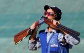 图文:科威特夺得一个奥运席位 亲吻自己的爱枪