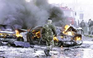 12月12日,士兵在黎巴嫩首都贝鲁特东部小城巴卜达的爆炸现场警戒。新华社/路透