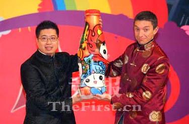 清华大学美术学院陈楠教授(左)以福娃为题材创作的艺术瓶