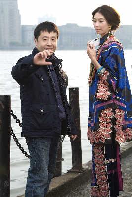 拍片过程中,林志玲时不时拿出相机拍照