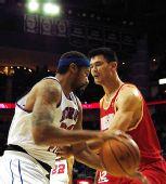 图文:[NBA]活塞VS火箭 姚明拼抢