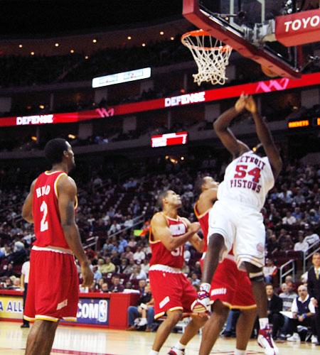 图文:[NBA]活塞VS火箭 华莱士扣篮