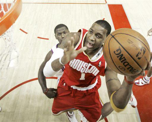图文:[NBA]活塞VS火箭 麦迪上篮