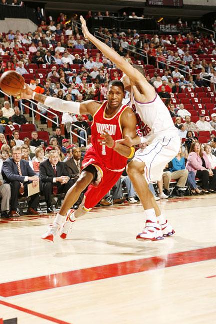 图文:[NBA]活塞VS火箭 麦迪右侧突进