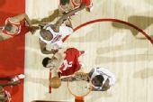 图文:[NBA]活塞负火箭 姚明扣篮